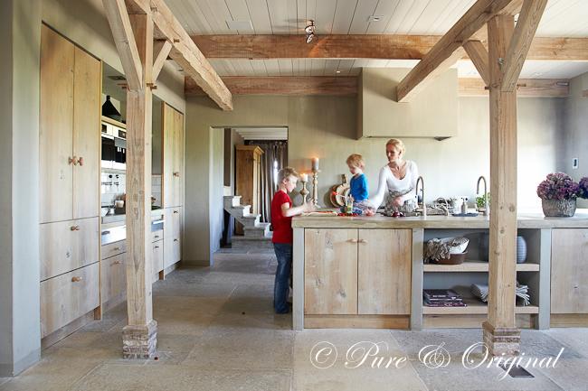 Verven en schilderen met kalkverf en krijtverf - Moderne keuken in het oude huis ...